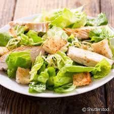 Grande salada caesar de peito de frango grelhado
