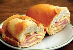 Misto quente no pão francês com queijo prato e presunto na chapa