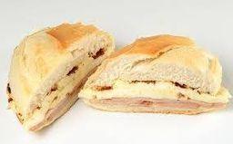Sanduíche de queijo minas com peito de peru no pão francês