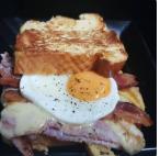 Sanduíche ovo, queijo, presunto e bacon