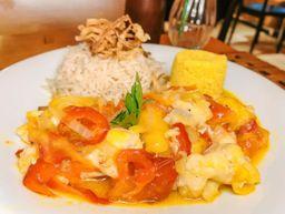 Moqueca de peixe branco com farofa de dende e arroz (1 pessoa)