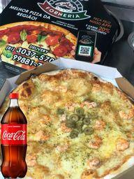 Pizza Grande de Camarão + Coca-Cola 1L