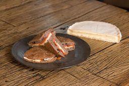 Pão Preto com Salmão Defumado e Brie