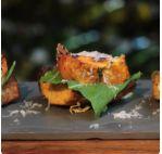 Focaccia de ervas, camembert e pesto de amêndoas