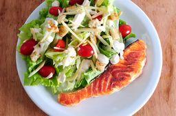 Salmão Grelhado com Caeser Salad