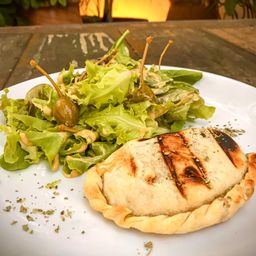 Empanada + 1/2 Salada Verde