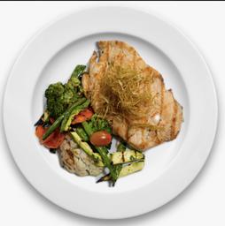 Frango com crispy de alho poró e legumes