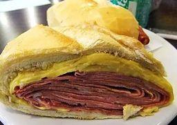 Sanduíche de Salame com Queijo