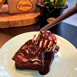Brownie com Sorvete e Calda de Chocolate