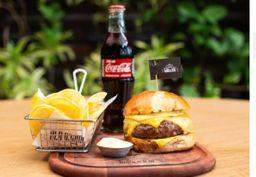 Combo Burger Defumado, Batata e Coca-Cola.