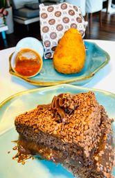 Combo Coxinha + Fatia de bolo de chocolate