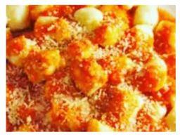 Nhoque de batata ao molho de tomate com manjericão