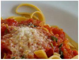 Talharim ao molho de tomate e manjericão