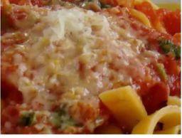Pappardelle a bolonhesa molho de tomate e manjericão