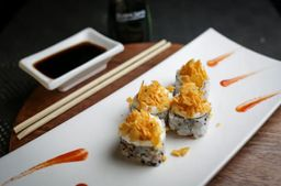 URAMAKI SALMÃO COM CREAM CHEESE E DORITOS