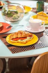Croissant de Muçarela com Pepperoni e Molho Pesto