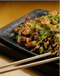 Yakisobas camarão com legumes