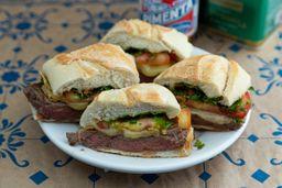 Sanduíche Filé Completo com Queijo, tomate, alho e salsa.
