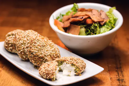 Falafel com Gergelim Recheado e Salada
