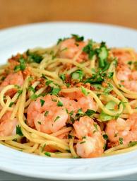 Espaguete ao alho e óleo com camarões e aspargos frescos