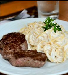 Espaguete com molho branco e filé mignon grelhado