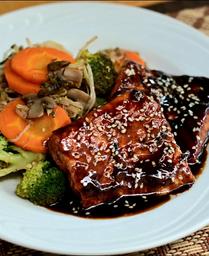 Salmão grelhado ao molho Thai e gergilin