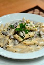 Espaguete com molho de gorgonzola e tiras de carne