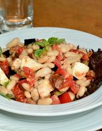 Berinjela, tomata, feijão branco e manjericão