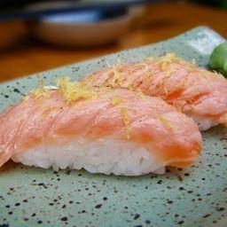 Barriga de salmão maçaricada com raspa