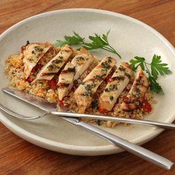 Frango grelhado com salada de quinoa