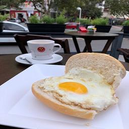 Pão com ovo + café médio