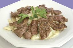 Penne com molho de gorgonzola e tiras de carne