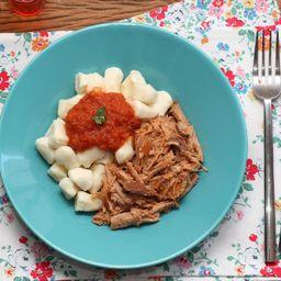 Pulled pork com nhoque de batata ao sugo + acompanhamento gratis