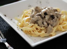 Fettucine ao molho branco com tiras de carne bovina grelhada