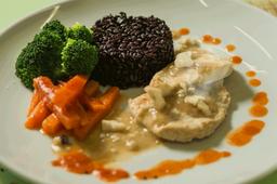 Filé de frango com arroz negro