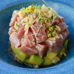 Tuna Tartare em Cama de Avocado