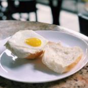 Pão na chapa com ovo
