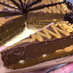 Torta de caramelo de amendoim com chocolate belga vegana