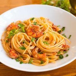 Espaguete de Camarão Flambado na Cachaça