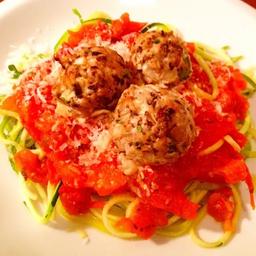 Spaghetti de Abobrinha ao Molho Sugo com Almondegas Veganas