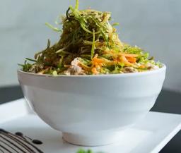 Trio low carb - salada, sashimi e bebida