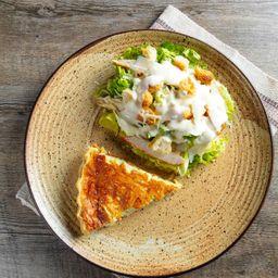 Caesar salad com quiche de queijo
