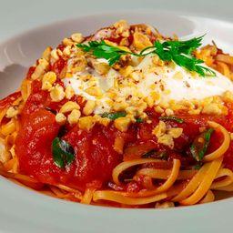 Spaghetti Al Pomodoro Con Búfala e Avelã