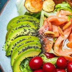 Salada de Avocado e Salmão