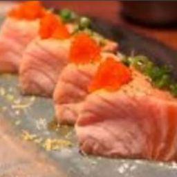 6  fatias de sashimi salmão maçaricado