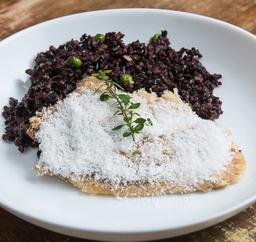 Peixe com coco e risoto de arroz negro