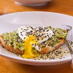Bruschetta de Avocado com Ovo Pochet