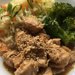 Frango teriyaki, arroz branco com cenoura e brócolis. 400g.