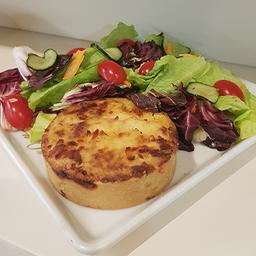 Tortinha de carne seca com purê de batata 160g + salada