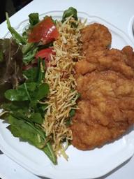 Milanesa Frango Salada e Batata Palha